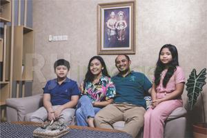 Daniel Wicaksono beserta istri & putra putrinya