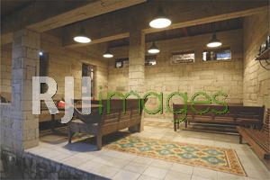 Furnitur kayu & tegel motif lengkapi nuansa vintage