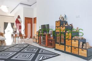Ruang keluarga berkonsep lesehan dengan dekorasi unik