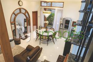 Ruang makan dengan dekorasi unsur kayu